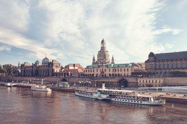 Bild mit Architektur,Gebäude,Städte,Häuser,Brücken,Stadt,Dresden,Dresdner Frauenkirche,Frauenkirche,Brücke,City,Skyline,Fluss,Elbe,Barock,barocke frauenkirche,ausblick
