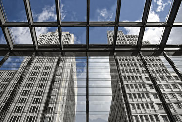 Bild mit Himmel,Architektur,Gebäude,Häuser,Fenster,Berlin,Berlin Mitte,Stadt,modern,Hauptstadt,hochhaus,Hochhäuser,Zentrum