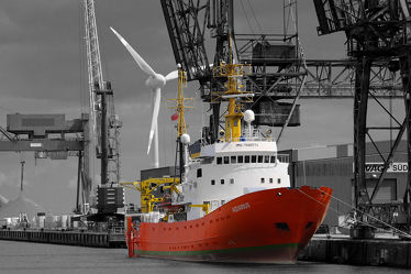 Forschungsschiff im Industriehafen