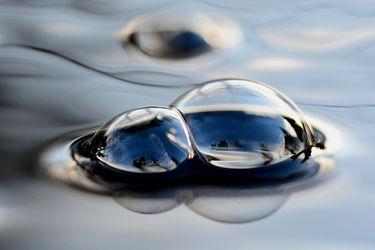 Bild mit Wasser, Blau, Wasserblasen, Teich, Spiegelungen, Extras, Adhäsionskräfte, Luftblasen, Kohäsionskräfte