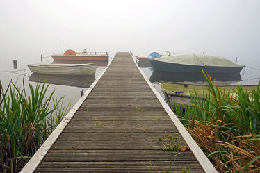 Bild mit Natur, Seen, Nebel, Boote, Steg, Holzsteg, Wardersee, Warder