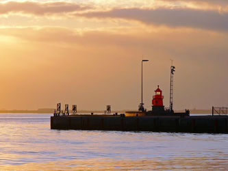 Bild mit Wasser, Gewässer, Flüsse, Wahrzeichen, Sonne, Leuchttürme, Schifffahrt, Emden, Ostfriesland, Abendsonne, Seenebel, Leuchtturm, Dollart, Ems, Dunst, Außenmole, Mole, Sperrgebiet, Freihafen