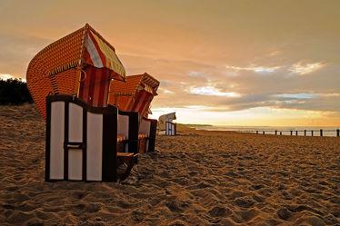 Bild mit Himmel, Wolken, Gewässer, Strände, Sand, Sonnenuntergang, Urlaub, Abendrot, Sonne, Strand, Ostsee, Meer, Licht, Küste, Reisen, Erholung, Buhnen, Abendhimmel