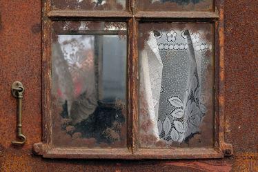Bild mit Weiß, Eisen, Fenster, Rotbraun, Rost, Extras, Stahl, Eisenoxyd, Antik, Scheiben, Gardine, Eisenkarbonat