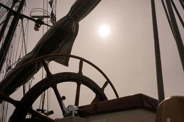 Bild mit Urlaub,Segeln,Schiffe,Nebel,Sonne,Schifffahrt,Sonnenlicht,Ausspannen,Segel,Dunst,Steuerrad,Sitzplatz,Masten,Seile