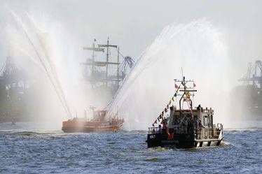 Bild mit Wasser,Wasser,Himmel,Schiffe,Schiffe,Häfen,Hafenkapitän,Löschfahrzeug,Löschboot,Hamburg,Hansestadt,Löschstrahl