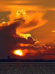 Bild mit Wasser, Himmel, Wolken, Sonnenuntergang, Meer, Wattenmeer, Emden, Ostfriesland, Abendsonne, sturm, Orkan, Dollart, Regenwolken, Knock, Wolkenfront