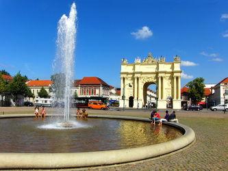 Bild mit Menschen, Wasser, Himmel, Blau, Sonne, Berlin, Wolke, Springbrunnen, Potzdam, Potzdamer_Tor, Potzdamer_Platz, Ostdeutschland