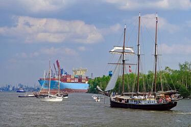 Bild mit Himmel, Wolken, Schiffe, Elbe, Hamburg, Hansestadt, Segler, Containerschiff, Fluß, Stromaufwärts