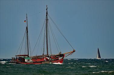 Bild mit Wellen, Dunkelheit, Ostsee, boot, Meer, Wind, Segler, Wogen, Schlingern