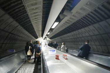 Bild mit Städte, England, London, Stadt, City, Stadtleben, Passanten, subway, Rolltreppe, Rolltreppen, London Underground, Londoner Stadtleben