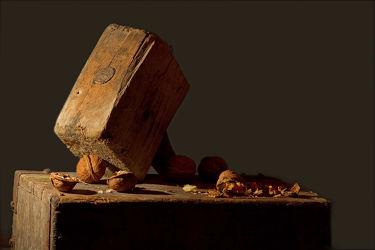 Bild mit Holz, Nuss, Nüsse, Stillleben, wallnuss, hammer, schalen
