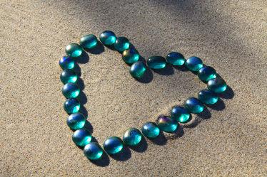 Bild mit Stein, Sand, Blau, Meditation, Ruhe, Entspannung, Stillleben, Spa, Herz, Linien, Linie, Glasstein, Herzform