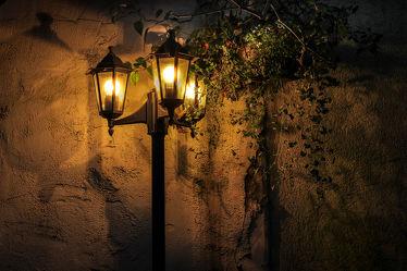Bild mit Gasse, romantik, Streetwork, Abendlicht, Romantische Straßenlampe, Laterne, Laternen, romantisch, Gemütlichkeit, gemütlich