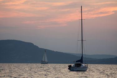 Bild mit Berge,Seen,Sonnenuntergang,Segelboote,Sonnenaufgang