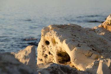 Bild mit Stein,Strand,Meer,Steine,Hühnergott,Hohlräume