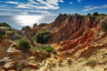 Bild mit Felsen, Rot, Sonne, Mittelmeer, Wolkenhimmel, Klippen, sandstein, Portugal, Algarve, felsküste