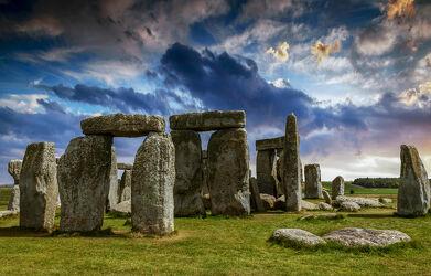 Bild mit England, Historisch, mystisch, Steinkreis, weltbekannt, stonehenge, Unesco Weltkulturerbe, steinsäulen, stehlen, steinzeit