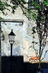 Hauswand mit Baum und StraÃ?enlaterne