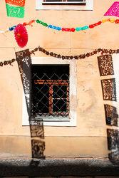 Fenster mit bunten Girlanden