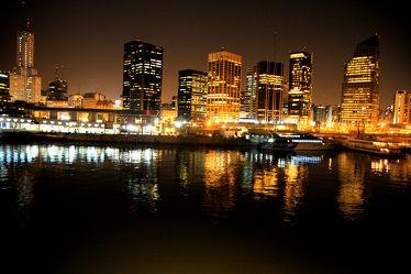 Bild mit Gebäude,Städte,Häuser,Stadt,City,Nachtaufnahmen,Nacht,Skyline,hochhaus,wolkenkratzer,Hochhäuser,Stadtleben
