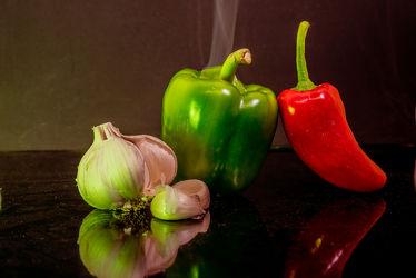 Bild mit Grün, Essen, Rot, Nahrungsmittel, Gemüse, Küchenbild, Küchenbilder, Ernährung, Küche, knoblauch, Paprika, Paprikaschoten, rohkost, vegetarisch, Spitzpaprika, fleischlos