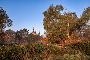 Bild mit Natur, Jahreszeiten, Architektur, Sommer, Kirchen, Sonnenaufgang, Kirchtürme, Blick in den Himmel durch die Baumkronen, Landschaft und Architektur, basilika
