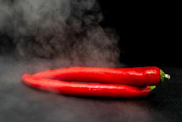 Bild mit Rot, Schwarz, Nahrungsmittel, Makro, Gemüse, Objekte, nahaufnahme, Vitamine, Ernährung, Rauch, Dampf, Paprika, Gewürze, Chili, rohkost, Schärfe, scharf