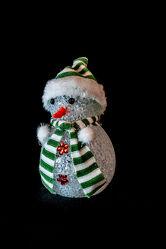 Bild mit Schmuck, Bunt, Wichtel, Weihnachtswichtel, Stillleben, Figuren, Weihnachtszeit, schwarzer Hintergrund, beleuchtet