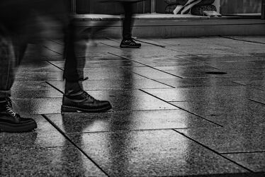 Bild mit Licht, Muster, Spiegelungen, monochrom, Langzeitbelichtung, Fotografie, schwarz weiß, Bewegung, Schatten, street, Passanten, Reflexionen, unscharf, Pflaster, Fußgängerzone, Schaufenster