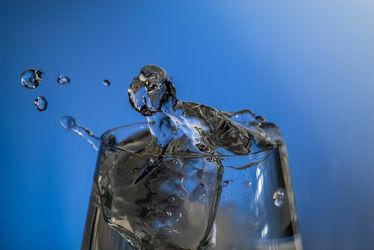 Bild mit Farben, Wasser, Eis, Blau, Glas, Licht, Tropfen, Fantasie, Splash, Drink, Studioaufnahme, Spritzer, Highspeed, Eiswürfel, Farbverlauf, durchsichtig, transparent, glasklar