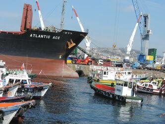 Bild mit Wasser, Schiffe, Häfen, Meer, Boote, Fischerboote, Chile, Südamerika, Pazifik, Betriebsamkeit