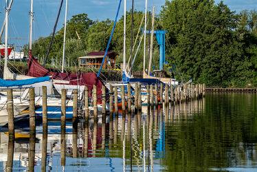 Bild mit Natur, Wasser, Wellen, Segelboote, Schiffe, Boote, Spiegelungen, Ufer, Reflexionen, Bewuchs