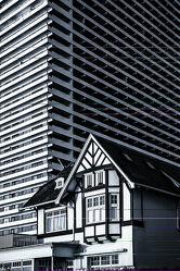 Bild mit Architektur, Gebäude, Sonnenaufgang, Haus, Perspektive, Stahl, Beton, Gegensätze, Hotel, klein gegen groß