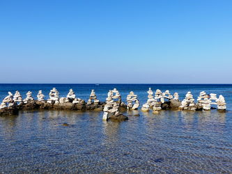 Bild mit Horizont, Meer, Mittelmeer, gestapelte Steine