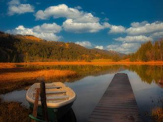 Bild mit Natur, Wasser, Wolken, Schilf, boot, Steg, See, Wandern, Spätherbst, Tourismus, Nachsaison, goldene Stimmung, Saarnerland, Region Gstaad