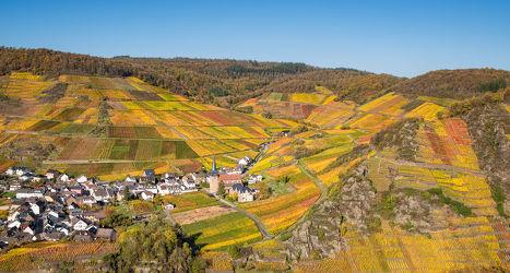 Weinort Mayschoss im herbstlichen Ahrtal
