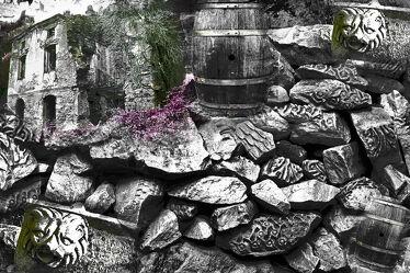 Bild mit Haus, gestapelte Steine, Felsenküste, fass
