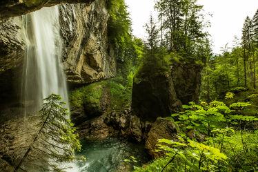 Bild mit Gewässer, Waldlichtung, Felswand, Wasserfall, Langzeitbelichtung, Tannenspitzen