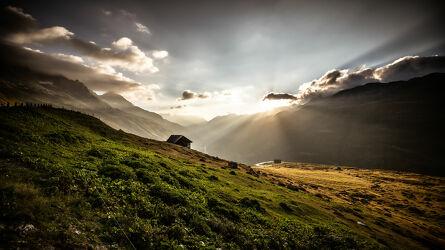 Bild mit Berge und Hügel, Täler, Sonnenauf, untergänge, und, Klausenpass