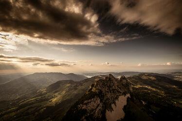 Bild mit Berge und Hügel, Alpen Panorama, Gegenlicht, Abenddämmerung