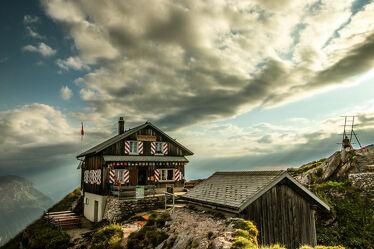 Bild mit Panorama, Wolkenhimmel, Berghütte, Aussichtspunkt