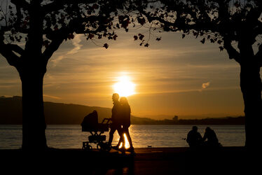 Bild mit Sonnenuntergang, Sonnen Himmel, Seeblick, Spaziergang, Spazierweg, Sonnenuntergänge, Sonnenauf/untergang, Sonnenuntergang/Sonnenaufgang, spazieren, Spazierwege, Spaziergänger