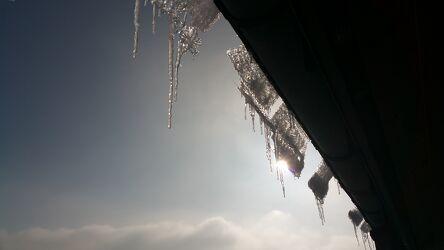 Bild mit Winter, Eis, Haus, Eiszapfen, Winterlandschaften, Schilfdach