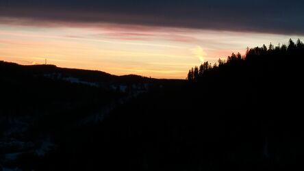 Bild mit Berge und Hügel, Sonnenuntergang, Abendrot, Sonnenschein durch eine Baumkrone, Sonnenauf, untergänge, und