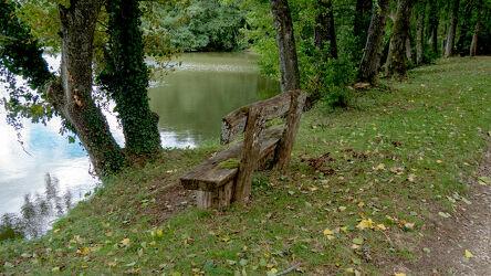 Bild mit Natur, Wasser, Reflexion, Herbst, Laubbäume, Holzstruktur, Sitzbank, Bank am See, Herbstblätter, Stille, Wasseroberfläche