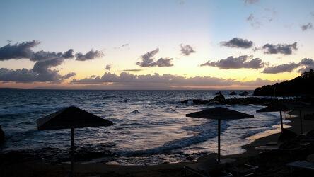 Bild mit Natur, Wellen, Sonnenaufgang, Panorama, Meer, Wolkenhimmel, Griechenland, Sonnenschirme