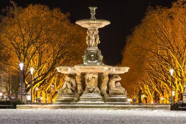 Bild mit Winter, Schnee, Springbrunnen, Nachtaufnahme, Düsseldorf