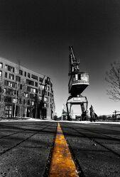 Bild mit Kräne, Hafenanlage, schwarz & weiss, Duisburg, Colorkey, Binnenhafen, Bürogebäude