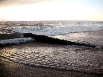 Bild mit Natur, Elemente, Wasser, Landschaften, Himmel, Wolken, Gewässer, Küsten und Ufer, Felsen, Materialien, Meere, Strände, Horizont, Brandung, Wellen, Stein, Sand, Aktivitäten, Urlaub